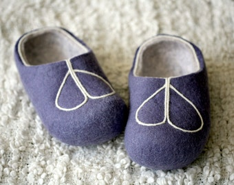 Hand felted slippers lavander with white decors, handmade wool slippers