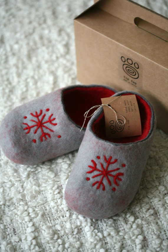 Grey felt slippers with red decors, handmade wool slippers
