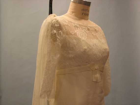 SALE lovely 1960s wedding gown with train modern sz. S