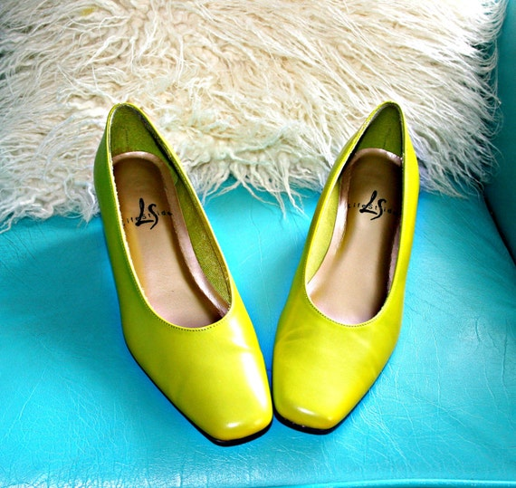 SALE// 80s LIME GREEN Life Stride Mod Heels.....size 8....shoes. heels. pumps. lime green. 80s accessories. mod. bright. women. classic