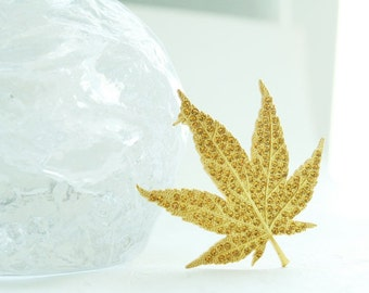 Maple leaf pin brooch (gold color)