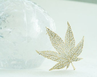 Maple leaf pin brooch (Silver color)
