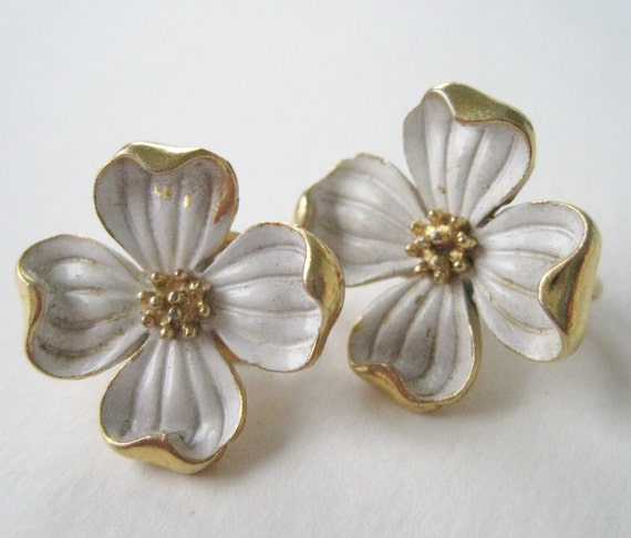 Vintage 60s Traditional Mod Signed Trifari Goldtone White Enamel Flower Earrings