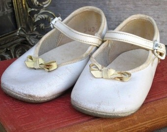Vintage Leather Baby Mary Jane Shoes, White Baby Girl Shoes, Doll Shoes, Collectible