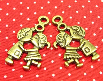 10 pcs Antique Bronze Kissing Couple Charms CH0876