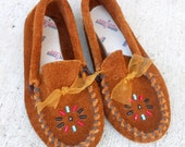 vintage 80s childrens minnetonka dark brown suede beaded moccasins / kids size 11