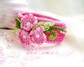 Crocheted bracelet for children in cyclamen with pink flowers