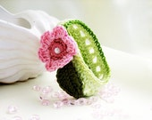Crocheted bracelet for children in gentle green and pink flower