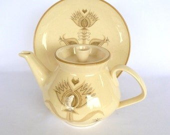 VINTAGE FRANSISCAN TEAPOT and matching plate