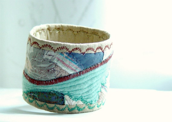 Embroidered quilted silk bracelet - Pale blue & brown