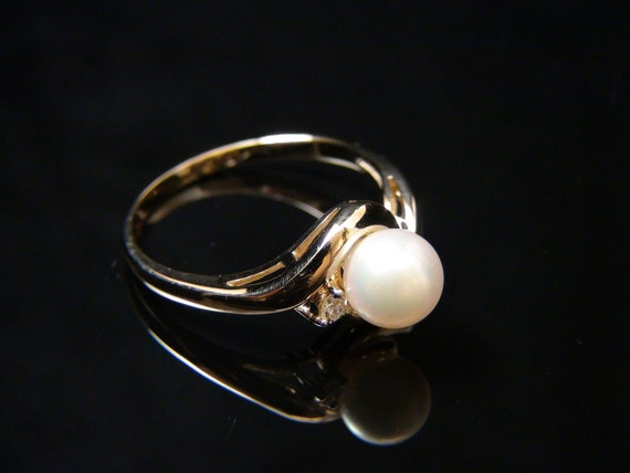 Ladies 14K Yellow Gold Vintage Freshwater Cultured Pearl and Diamond Ring