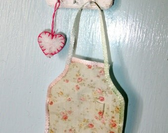 Wellcome sign wall hanger with an apron and a felt heart