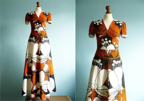 Vintage 70s maxi dress / floral print / black white orange / short sleeves / medium small