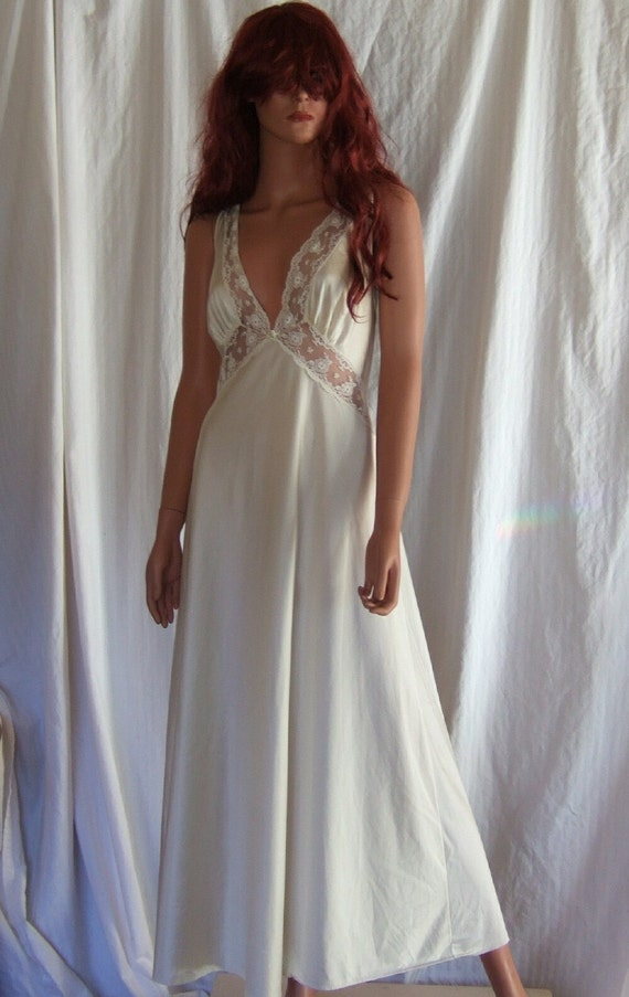 Vintage negligee,  deep vee neck lace cream negligee, vintage Bridal lingerie.