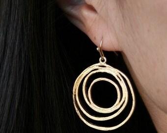 Circle Earrings in Gold. Round Earrings.Gold Dangle Earrings. Gold Hoop Earrings. Everyday. Simple Gold Earrings. Minimal. Minimalist.Gift