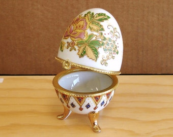 Vintage Hand Painted Porcelain Footed Egg Pins Trinket Box