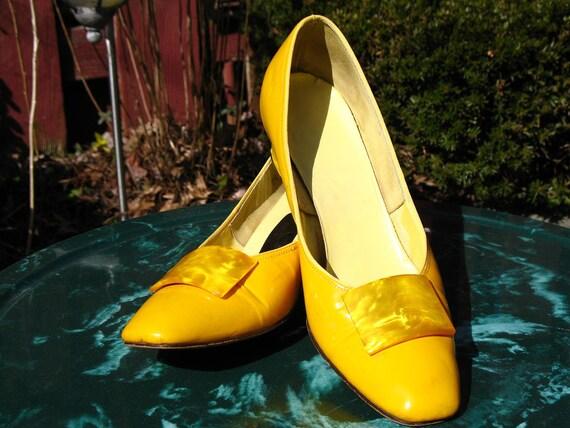 Vintage 60s Mod / Lemon Yellow / Patent Leather / Bakelite Buckle / Twiggy / Pump Shoe / by Miss America