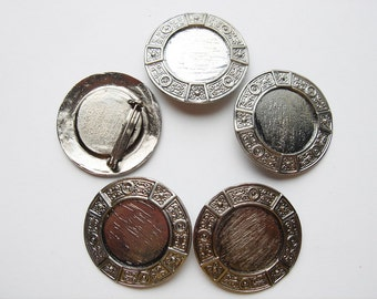 5 Vintage Silver tone round brooches with a decorative edge HC123