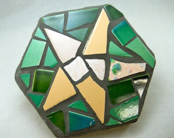 mosaic stepping stone, pale salmon pink star on green background, 7 inch hexagon