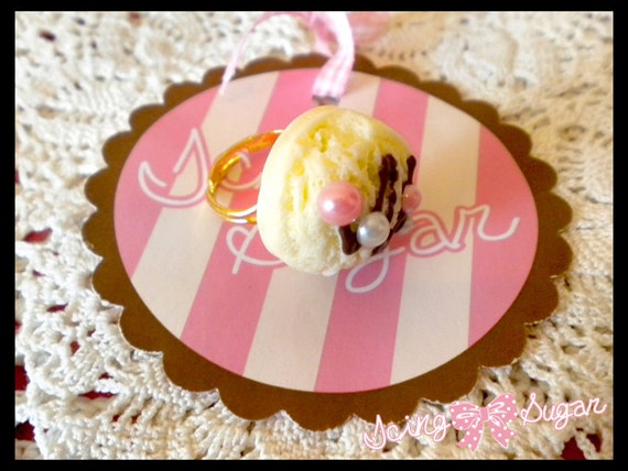 Vanilla ice cream scoop ring