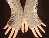 Grey fingerless gloves with ruffles