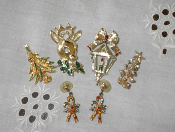 NICE Group of  5 Vintage Christmas Pins and Earrings, Cute Pieces