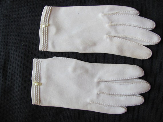 Beautiful Ivory Ladies Hand Stitched Cotton Wrist Gloves - Small
