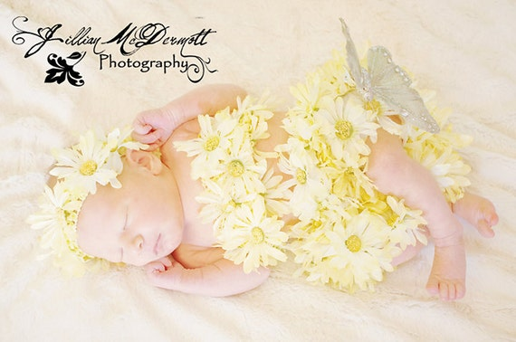 Daisy bloomer, headband and tube top set. Great for baby photography props. Fits newborn to approx 9mths.