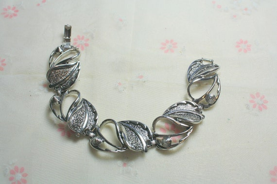 Vintage  Signed Sarah Coventry Silver tone Leaf Bracelet in Excellent Condition from the 1960s