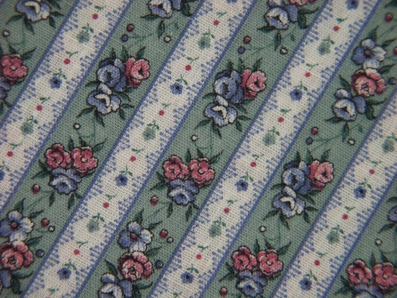 Vintage 1970s quilt fabric in highquality prewashed cotton/synthetic with red/blue flower pattern in rows on greygreen bottomcolor