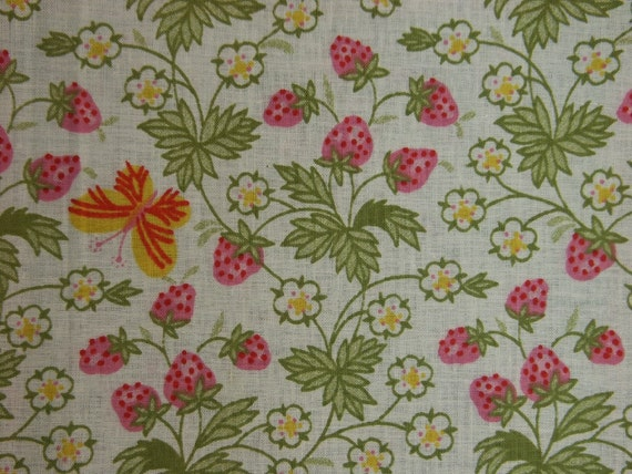Vintage quilt fabric in highquality prewashed cotton with printed strawberry/butterfly pattern on bone white bottomcolor