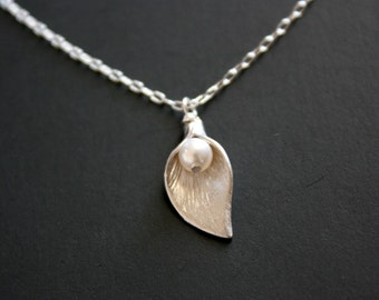 Tiny calla lily flower necklace - simple pearl necklace, wedding bridal jewelry, bridesmaid anniversary birthday gift, Mothers day gift