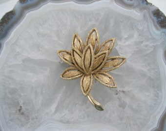 Avon Brooch Flower Design Goldtone Pin Vintage free shipping Bridesmaid gift