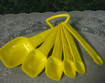 Tupperware Six Yellow Measuring Spoons with Ring - Vintage Tupperware - Tupperware Yellow Measuring Spoons - Tupperware Measuring Spoons