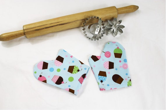 Everyone Loves Cupcakes Child Toy Oven Mitts for pretend play