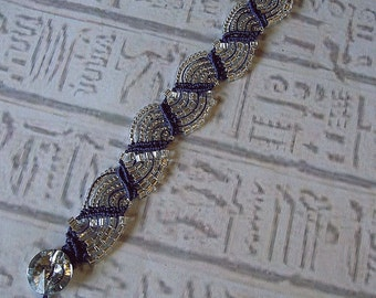 Micro macrame bracelet in purple and silver