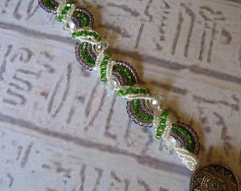 Micro macrame emerald and amethyst bracelet. Micromacrame bracelet. Purple and green.