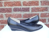 SALE Black Leather Wedges w/ Metallic Gold Piping Accent - Round Toe - Disco Retro - California Magdesians - size 9 - 9.5 - S - Slim Narrow