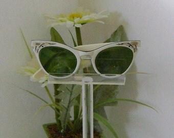Beautiful  Vintage Ivory White Cat Eye Sunglasses.......... Free US shipping