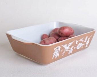 Brown Pyrex rectangular dish, 1.5 Quart
