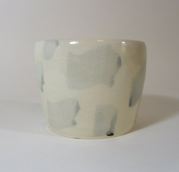 Planter with pale blue brushstrokes, allover pattern