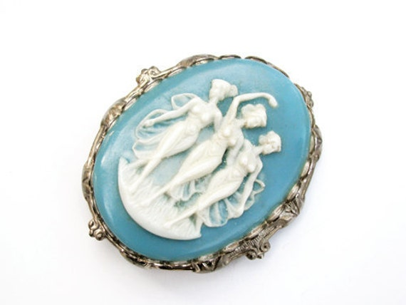 Vintage Cameo Brooch for Valentine's Day - Broche Camée. Vintage Jewelry by My Chouchou on Etsy.