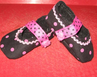 newborn girl fabric baby shoes - black with pink dots