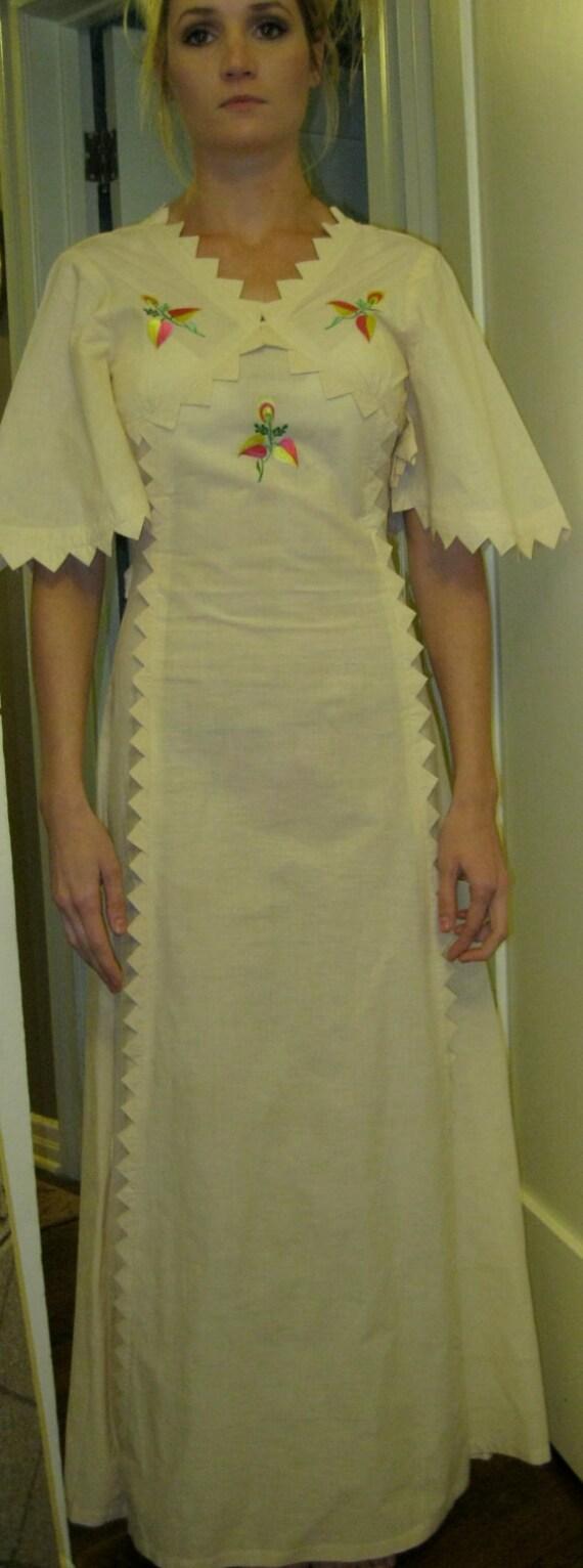 70s Embroidered Flowers Maxi Dress / Beautiful Dress / Linen Color / Boho Feminine / Small