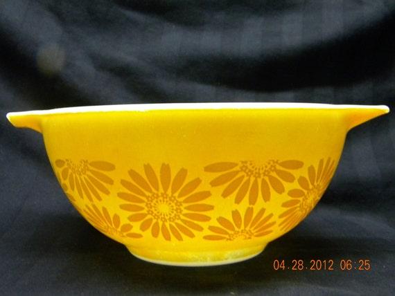 Pyrex Bowl Daisy pattern