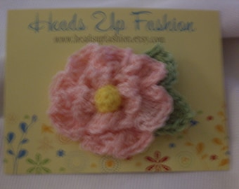 Crocheted - Pinkflower hair clip with green leaf and yellow center