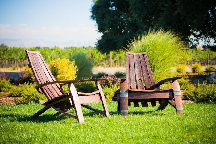 Wine barrel adirondack chair for Decoration jardin tonneau