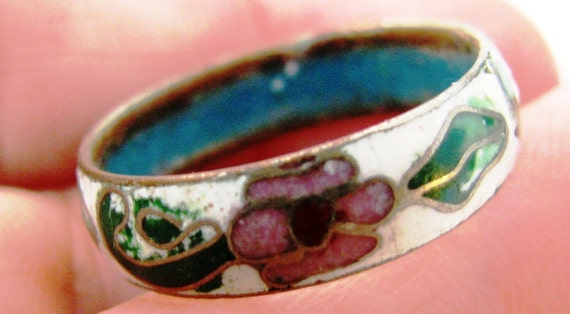 1960s Vintage copper cloisonne ring. white with jewel tone flowers. size 8