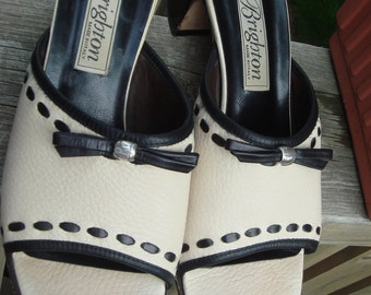 Ladies RARE BRIGHTON  Fringe Sandal. Oak Bottom .Silver beads. OATMEAL w/Black  tassels .Perfect Summer dress shoe.Casual travel heels