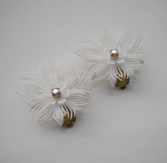Vintage White Earrings Feathery Plastic Aurora Borealis 40's 50's Summer or Snow